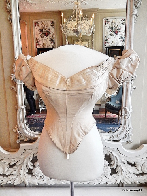 Corset 001 - The history of a Fashionable Family in Amsterdam